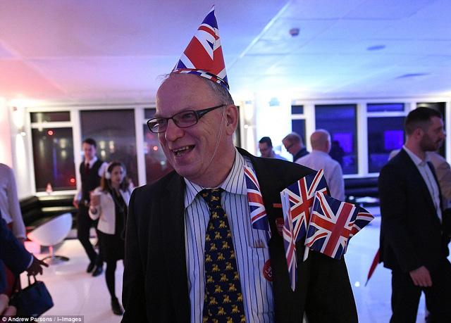 Ngay khi kết quả cuối cùng chưa được công bố nhưng chứng kiến con số ủng hộ Brexit tăng dần, các cử tri bầu phiếu Anh rời EU đã sớm ăn mừng.