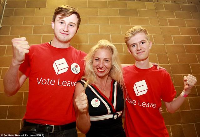 Những người trẻ bầu phiếu ủng hộ Anh rời EU cũng thể hiện rõ niềm vui.