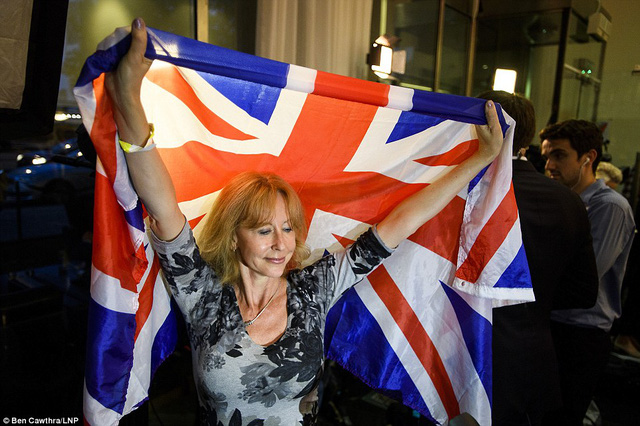 Một người ủng hộ Brexit giơ cao hình ảnh quốc kỳ.