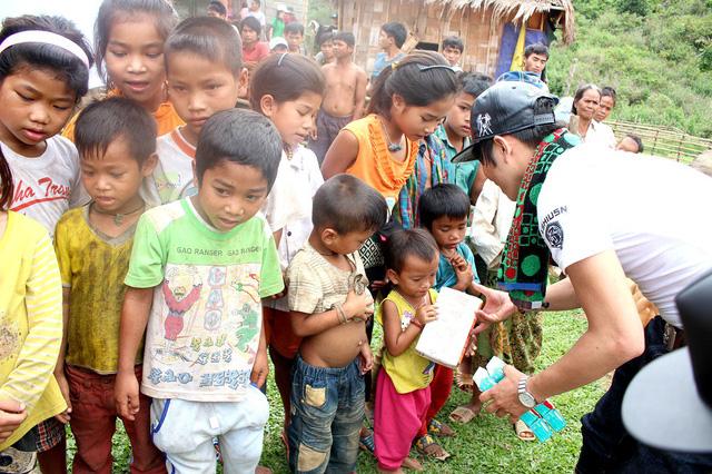 Trẻ em ở bản Aky hân hoan nhận các suất quà gồm sữa, đồ chơi trước ngày Tết Thiếu nhi 1/6