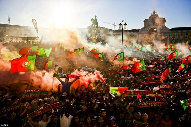 Thêm một hình ảnh đáng nhớ ở Lisbon. Phát biểu sau trận đấu, Ronaldo cho biết, anh đã chờ đợi chiến thắng này từ rất lâu bởi anh biết sự khao khát của người hâm mộ quê nhà lớn đến thế nào.