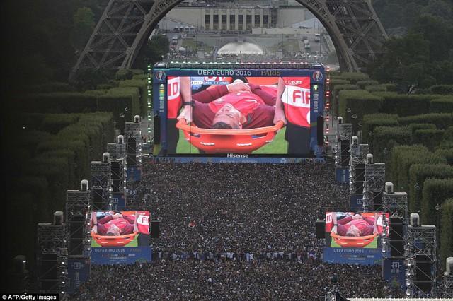 Khung cảnh kì vì ở một fanzone tại Pháp khi màn hình lớn hiện hình ảnh Ronaldo chấn thương phải rời sân với giọt nước mắt đắng cay.