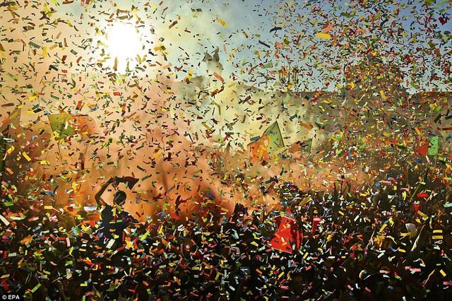 Khung cảnh ấn tượng với màn confetti (pháo hoa giấy) rực rỡ sắc màu