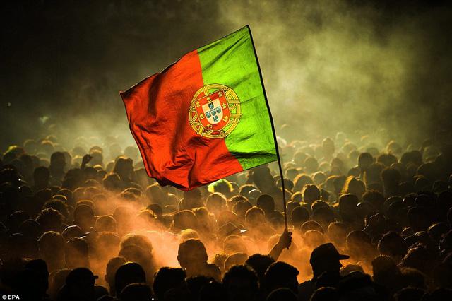 Lá cờ Bồ Đào Nha nổi bật trên đường phố