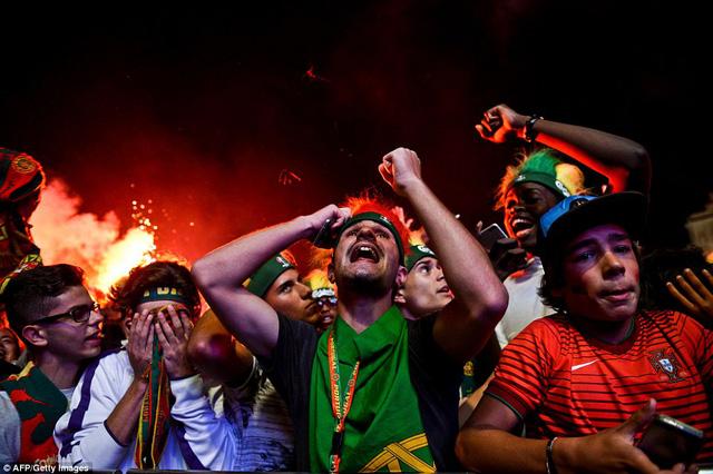 Nhiều fan đã bật khóc vì kỳ tích của đội nhà. Bồ Đào Nha luôn được coi là đội bóng hay nhưng thường học tài thi phận ở những giải đấu lớn.
