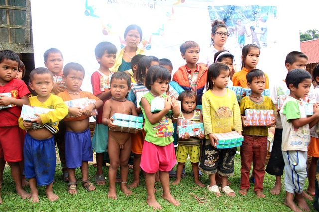 Nhờ sự giúp đỡ của các chiến sỹ Bộ đội Biên phòng - Đồn Biên phòng Cà Roòng và chính quyền xã Thượng Trạch, đoàn đã trao đầy đủ quà đến cho trẻ em thuộc 2 bản Aky và Tuộc.
