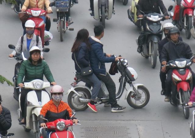 Nhà trường nên có thêm một số tiết học về an toàn giao thông, nâng cao ý thức khi tham gia giao thông cho học sinh. (Ảnh Trần Thùy)