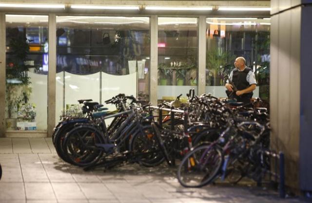 Cảnh sát đứng gác ở cổng chính của ga tàu điện ngầm.