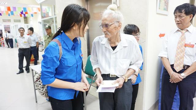 Thanh niên tình nguyện luôn sẵn sàng hỗ trợ công tác bầu cử và giúp đỡ các cử tri khi cần thiết
