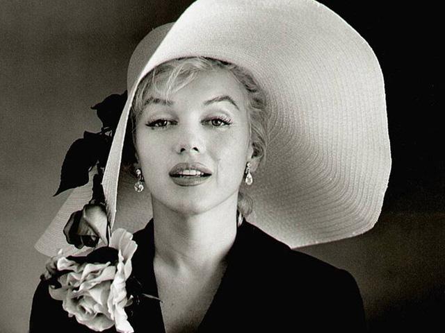 Marilyn Monroe từng kết hôn 3 lần. Nữ diễn viên kết hôn lần đầu khi chỉ mới 16 tuổi với Jаmеѕ Dоughеrtу năm 1942. Cuộc hôn nhân của cặp đôi nhanh chóng tan vỡ sau 4 năm chung sống. Người chồng thứ hai của Marilyn Monroe là Jое DіMаggіо, cuộc hôn nhân này chỉ kéo dài chưa đầy 10 tháng. Sau đó, cô nên duyên vợ chồng với nhà biên kịch Arthur Mіllеr. Cuộc hôn nhân của họ kéo dài 5 năm, từ 1956 - 1961.
