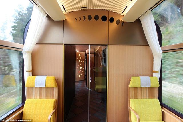 Chỗ ngồi được thiết kế thoải mái, sang trọng. Giá vé 1,2 triệu đồng chưa bao gồm thức ăn và 3,2 triệu đồng đã bao gồm thức ăn.