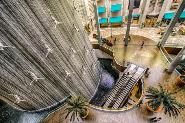Đài phun nước Divers ở Các Tiểu Vương Quốc Ả Rập Thống Nhất.