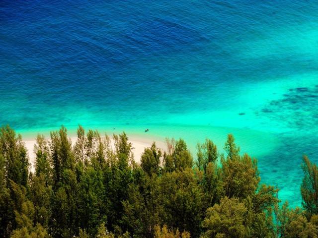 Đảo Ko Adang có diện tích 30km2, nằm trong Vườn Quốc gia biển Tarutao của Thái Lan, là chốn thiên đường thực sự với những ngọn đồi tươi tốt, bãi cát trắng trải dài cùng những rạn san hô tuyệt đẹp.