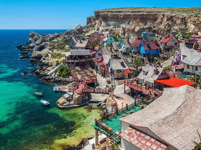 Malta Popeye Village là một địa điểm du lịch chính ở Malta, được xem như một bảo tàng ngoài trời, một công viên giải trí phục vụ cho trẻ em và gia đình. Người ta đã sắp xếp tất cả các loại gỗ nhập khẩu lại với nhau để xây dựng ngôi làng. Thêm vào đó là 8 tấn đinh và 2.000 lít sơn được sử dụng trong quá trình xây dựng.