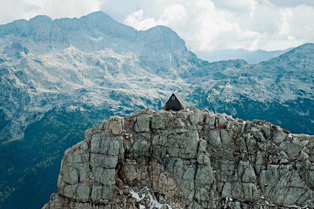 Được sự ủy thác của gia đình nhà leo núi quá cố Luca Vuerich, kiến trúc sư Giovanni Pesamosca đã thiết kế căn nhà gỗ mang tên Luca Vuerich trên đỉnh núi Foronon del Buinz cao hơn 2.500m. Căn nhà hoàn toàn miễn phí cho khách vãng lai nhưng rất hiếm khi có người gõ cửa bước vào.