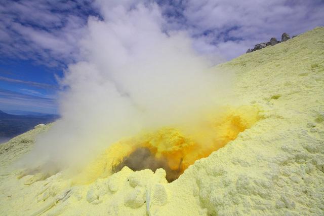 Núi lửa Sinabung, Indonesia: Đây là một ngọn núi lửa hoạt động nằm trên đảo Sumatra của Indonesia. Núi lửa thường xuyên phun trào, khiến cho hàng ngàn người không có nơi cư trú.