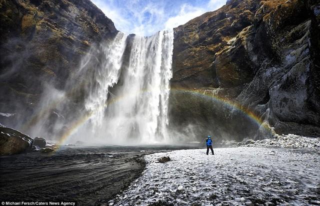 Những bức ảnh cho thấy vẻ đẹp hùng vĩ của thác nước, núi đá, nhưng cũng đầy lãng mạn khi có cầu vồng.