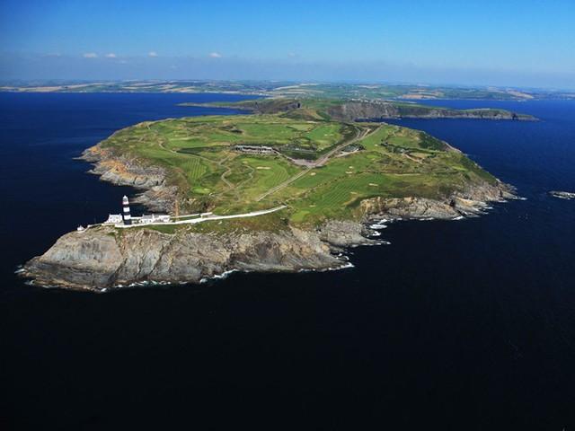 Sân golf Old Head Golf Links ở hạt Cork, Ireland được xây dựng trên 220 mẫu đất nhô ra Đại Tây Dương. Các tay golf sẽ có cảm giác như đang chơi trên một hòn đảo riêng biệt, rộng lớn.