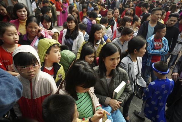 Trong khi đó ở phía ngoài sân đình thờ Tiên triết Chu Văn An, rất đông người lớn và trẻ em đã chờ sẵn để chuẩn bị vào thắp hương và dâng sách vở.