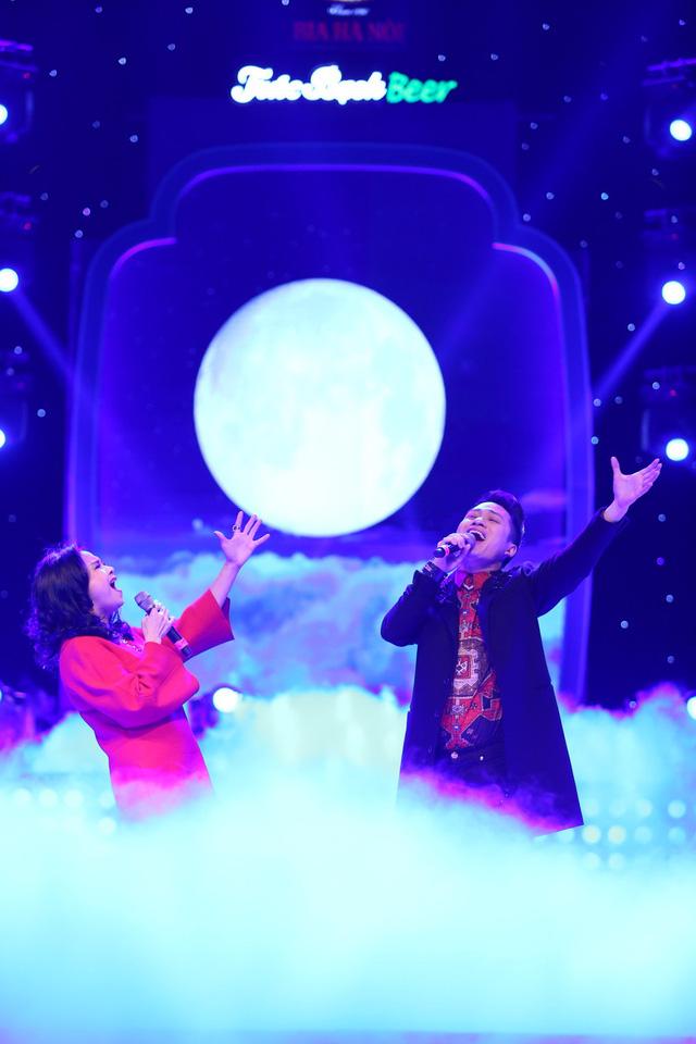 """Một trong những dấu ấn đặc biệt của Tùng Dương chính là những tiết mục song ca cùng Thanh Lam. Hai người bạn thân, hai cá tính âm nhạc luôn ở mức gần như """"thừa năng lượng"""" trên sân khấu đã kết hợp đầy ăn khớp. Cả hai đã tiết chế để tạo nên bản song ca Yêu mang màu trữ tình tha thiết; khi lại bâng khuâng và tự sự với Mây"""