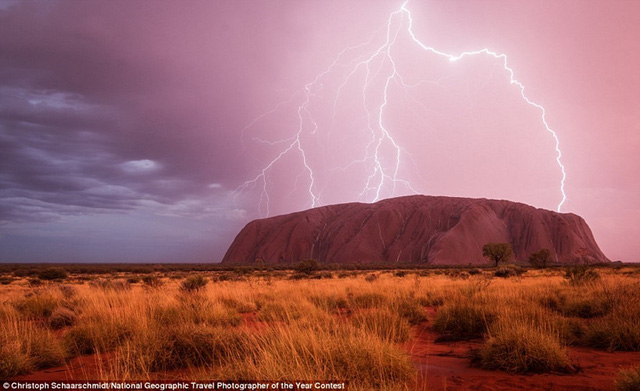 Hình ảnh ngoạn mục khi những tia sét lóe sáng trên bầu trời vườn quốc gia Uluru ở Northern Territory, Australia.