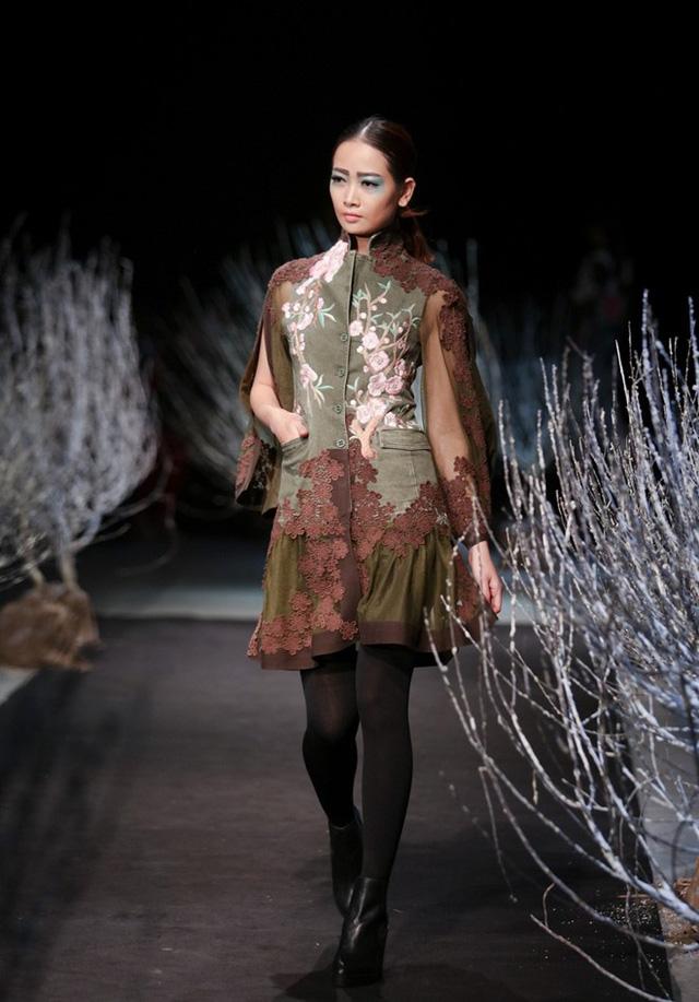 Kiểu dáng trang phục trong bộ sưu tập này được Minh Hạnh biến tấu đa dạng và đều là những kiểu mốt được ưa chuộng hiện nay như váy yếm, quầnculottes, bomber jacket...