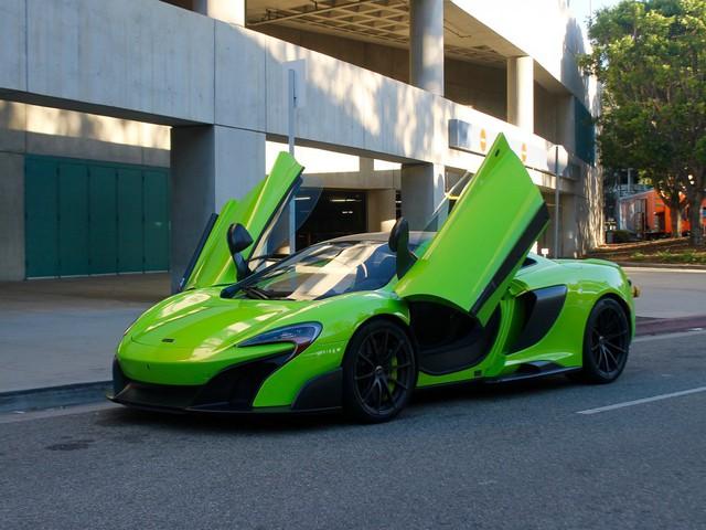 Xe đậu ở phía sau Convention Center trong khuôn khổ LA Auto Show