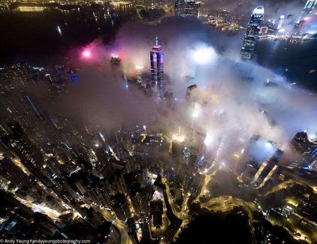 Hong Kong từ lâu đã là một thành phố sáng đèn và bạn có thể nhìn thấy những ánh đèn màu khác nhau của các tòa nhà bên dưới màn sương mù, Andy nói.