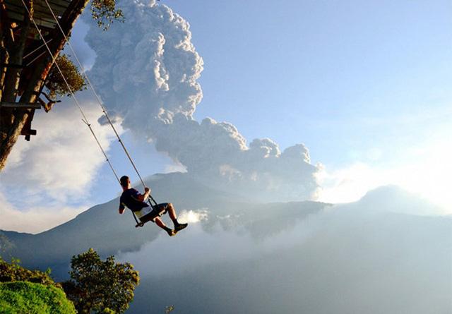 """La Casa del Arbol, điểm du ngoạn thô sơ tại Baños, Ecuador , được mệnh danh là nơi """"tận cùng thế giới"""" bởi nhiều lý do. Tại đây, những vị khách không sợ độ cao có thể đánh đu qua những vực sâu phía bên dưới, qua cả miệng núi lửa Tungurahua – một dạng núi lửa hình nón vẫn đang hoạt động. """"Nhà Cây"""" – nơi mà chiếc đu được mắc vào là một trạm điều khiển địa chấn."""