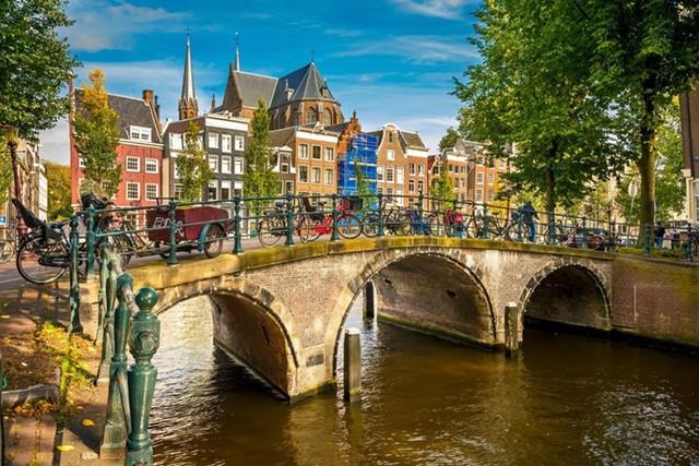 Người Hà Lan tự hào với hệ thống đường ray xe đạp an toàn mà họ đã tạo ra, kéo dài hơn 30.000km. Nếu bạn đến tham quan Amsterdam, đừng quên thuê một chiếc xe đạp và một hướng dẫn viên du lịch, bạn sẽ cảm nhận rõ được người Hà Lan hạnh phúc như thế nào.