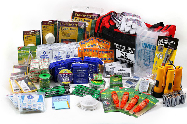 Mỗi gia đình đều có sẵn bộ dụng cụ cứu hộ cơ bản cần thiết khi có thảm họa xảy ra. (Ảnh: Earthquake Supply Center)