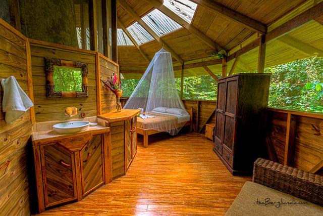 Mỗi ngôi nhà đều có phòng ngủ khá rộng rãi và thoải mái với nội thất được làm từ nguyên liệu thân thiện với môi trường. Và tất nhiên, những chiếc màn chống muỗi là vật dụng không thể thiếu khi sống giữa rừng rậm.