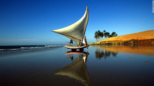 Nằm ở bờ biển phía Đông Bắc Brazil, thủ phủ bang Ceara, bãi biển Fortaleza nổi tiếng với tôm hùm và hải sản tươi sống. Nơi đây còn là thiên đường cho những ai yêu bộ môn chèo thuyền và lướt ván buồm.