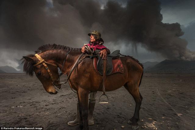 Nhiếp ảnh gia cho biết: Hàng trăm người dân địa phương làm việc như kỵ binh chở khách du lịch leo lên miệng núi lửa. Đó là những người yếu ớt, quá lười biếng hoặc một số người muốn lần đầu được cưỡi ngựa.