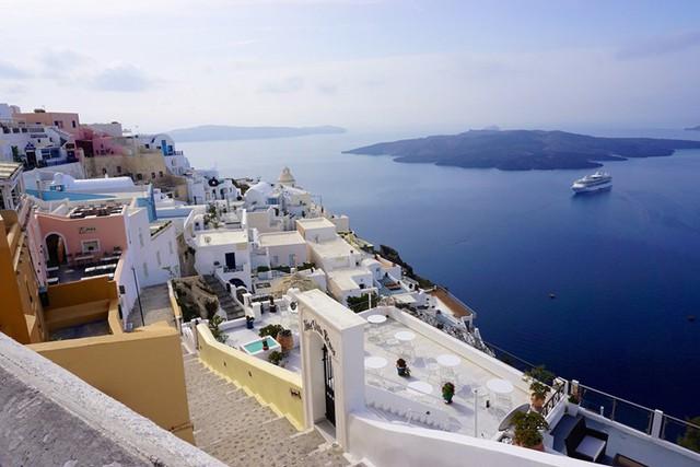 Fira, Santorini, Hy Lạp: Bãi biển ở thị trấn Fira là một trong những nơi đẹp nhất ở hòn đảo thần tiên Santorini, Hy Lạp, đặc biệt là vào lúc hoàng hôn.