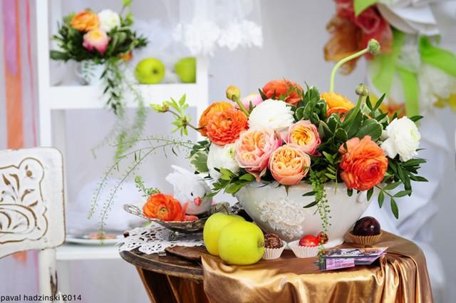 Hoa cắm vào liễn súp sẽ là đồ trang trí tuyệt đẹp cho bàn ăn của bạn những ngày có khách.