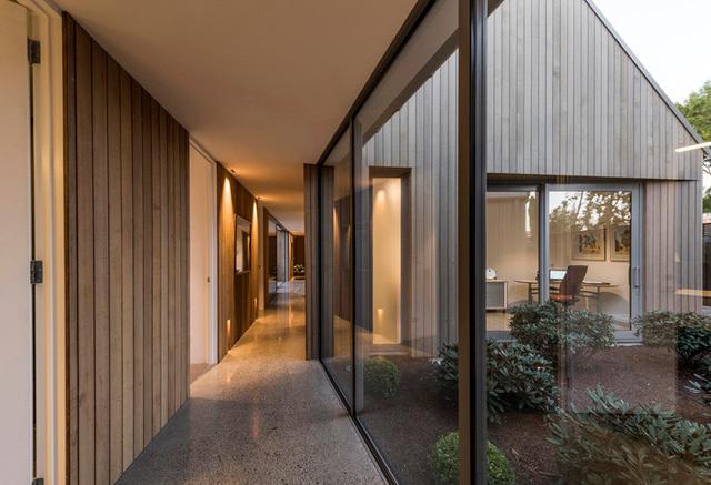 Mỗi gian được kết nối bởi các phòng trưng bày kính mái bằng, tận dụng tốt ánh sáng tự nhiên