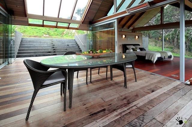 Cầu thang xây bằng bê tông nối liền căn nhà với vườn cây.