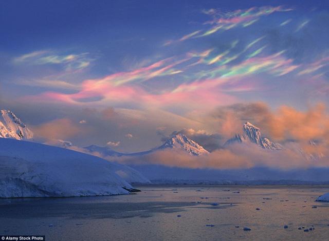 Những đám mây xà cừ kỳ ảo trên bầu trời không khỏi khiến người xem kinh ngạc. Mây xà cừ thường được nhìn thấy ở Na Uy và vùng cực khi Mặt trời nằm dưới đường chân trời.