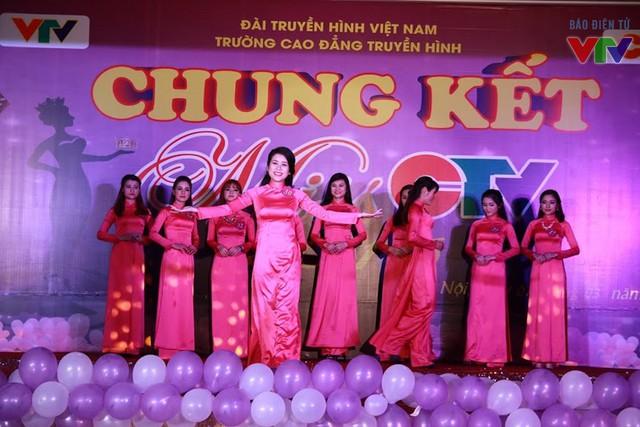 Các thí sinh đẹp rạng rỡ trong tà áo dài truyền thống.