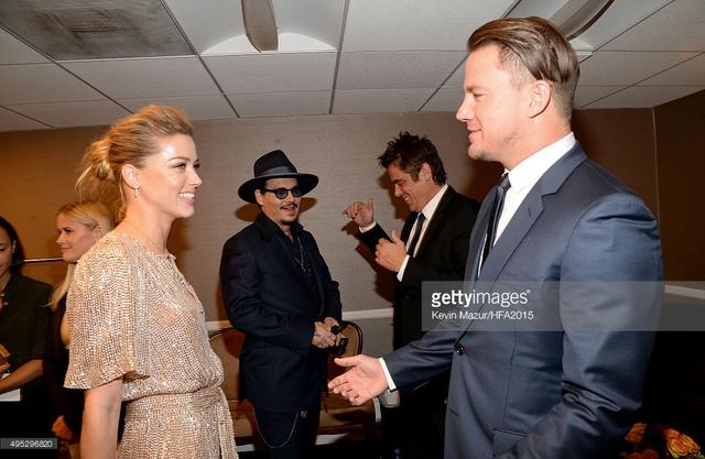 Johnny Depp trò chuyện với Benicio trong khi Amber Heard tán dóc với Channing Tatum. (Ảnh: Getty Images)
