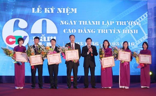 Các cá nhân xuất sắc nhận bằng khen của Đài THVN.
