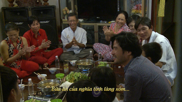 Mọi người cùng nhau thưởng thức món lẩu mắm đậm chất miền Tây.