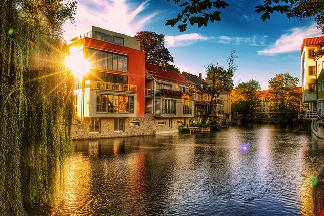 Những con sông sạch sẽ, thoáng mát hoà mình cùng ánh mặt trời tạo nên khung cảnh đẹp tuyệt vời.