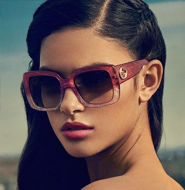 Hay những cặp kính râm mắt vuông to bản cực sành điệu.