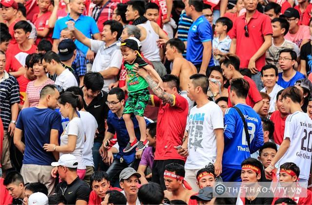 Trước khi trận đấu diễn ra, khoảng 60 ô tô chở các CĐV Hải Phòng đã có mặt tại Hà Nội để tiếp sức cho đội bóng.