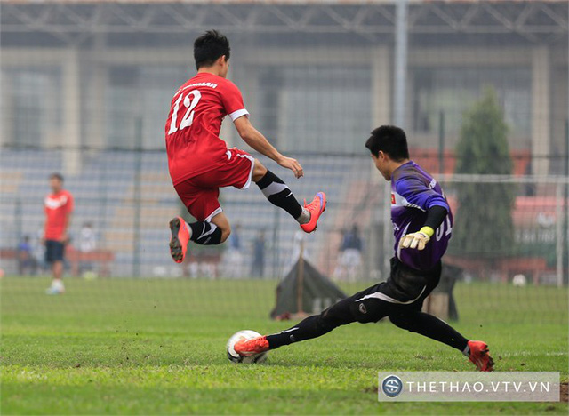 Một tình huống truy cản dũng mãnh của thủ môn Phí Minh Long