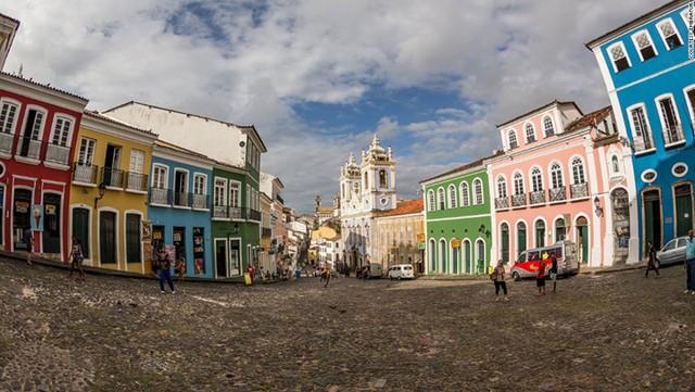 Pelourinho là trung tâm lịch sử của thành phố Salvador thuộc bang Bahia. Nơi đây đẹp như thiên đường với những tòa nhà sặc sỡ sắc màu. Pelourinho là nơi hội tụ của các nền văn hóa châu Âu, châu Phi và bản địa.