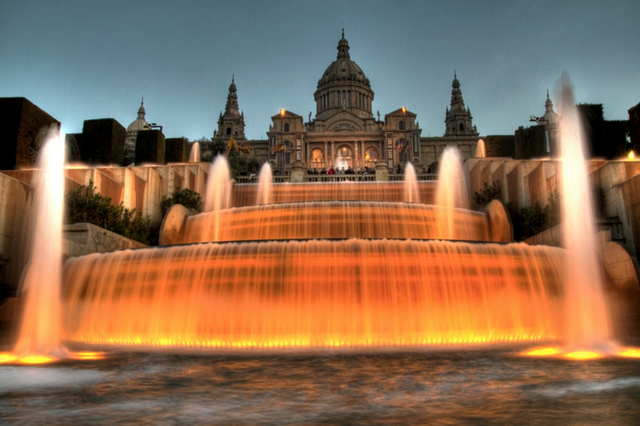 """Được miêu tả là """"vũ điệu tuyệt vời của nước, ánh sáng, màu sắc và âm nhạc"""", đài phun nước Montjuic ở Barcelona, Tây Ban Nha khiến du khách phải trầm trồ bởi vẻ đẹp lung linh, huyền ảo."""