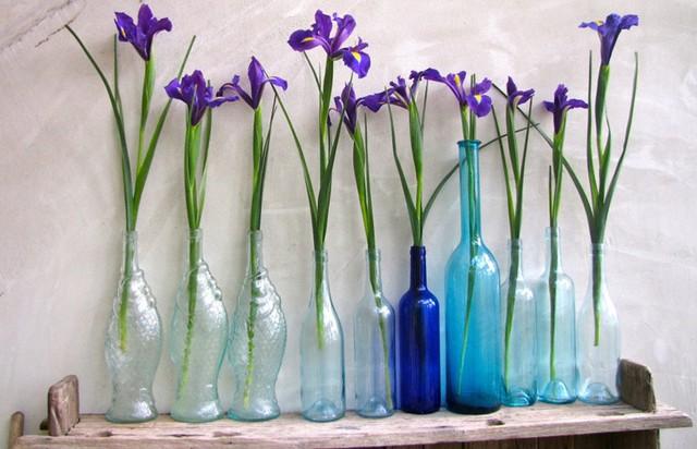 Nếu bạn muốn trang trí nội thất của bạn nhưng không có đủ thời gian, hãy bắt đầu với một cái gì đó đơn giản, chẳng hạn như cắm hoa vào chai lọ cũ như thế này.